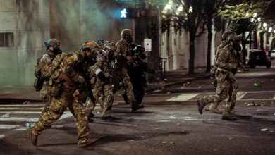 """صورة القوات الفيدرالية تحوّل مدينة بورتلاند الاميركية الى """"ساحة الحرب"""""""