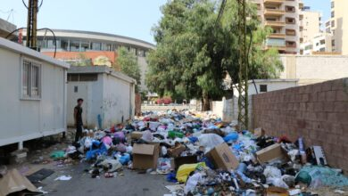 صورة النفايات تقطعُ طريقًا في عين الرمانة