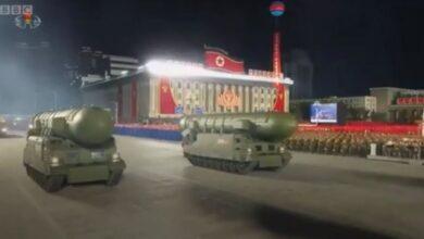 صورة كوريا الشمالية تقيم استعراضا عسكريا يحوي صواريخ باليستية