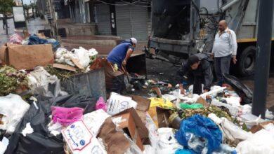 صورة بدء رفع النفايات في صيدا والعمال أكدوا استمرار توقفهم عن العمل