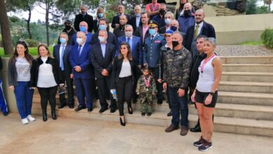 """صورة حركة """"لبنان الشباب"""" تسلم العلم اللبناني الى قائد الجيش جوزف عون"""