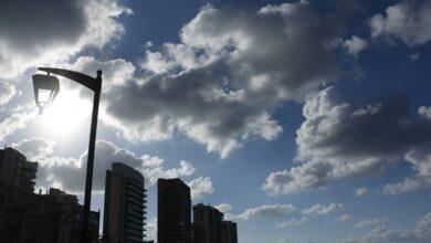 صورة الطقس قليل الغيوم مع استقرار في الحرارة