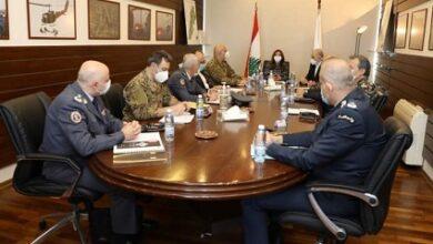 صورة إجتماع في وزارة الدفاع للبحث في موازنات الأجهزة العسكرية والأمنية