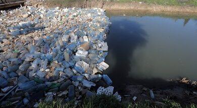 صورة النفايات البلاستيكية: وباء… معروف المصدر