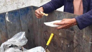 صورة مشاهد جديدة من الفقر: نفايات متناثرة وأكياس مفتوحة في الحاويات