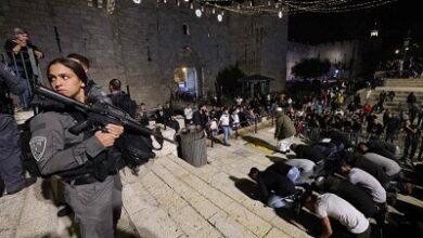 صورة قوات الإحتلال تهاجم مئات الفلسطينيين في باب العامود