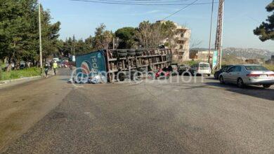 """صورة بالصورة – إنقلاب شاحنة لشركة """"بيبسي"""" على طريق عاليه"""