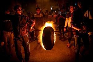 صورة ليلة جديدة من المواجهات.. الفلسطينيون يتصدون للاعتدءات