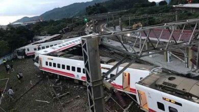 صورة مقتل العشرات جراء خروج قطار عن سكته في تايوان