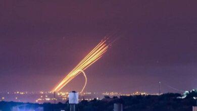 """صورة المقاومة الفلسطينية تجدد قصف """"تل أبيب"""" وبئر السبع بصواريخ جديدة"""