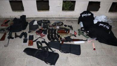 صورة دهم منزل في التبانة… توقيف 5 أشخاص وضبط أسلحة وذخائر