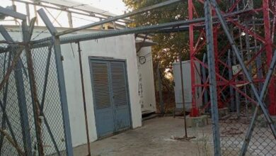 صورة سرقة الباب الرئيسي لمحطة شركتي الاتصالات في عكار
