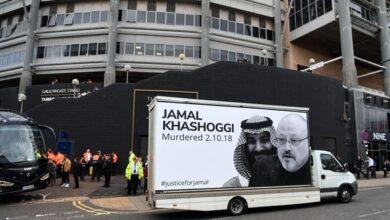 صورة ملصقٌ يُدين السعودية أمام ملعب نيوكاسل